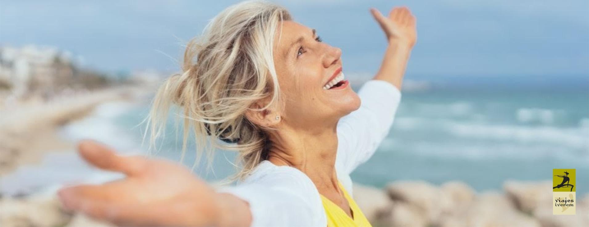 Mujer feliz junto al mar